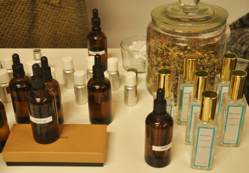 Crear perfume aromas en botellas de cristal