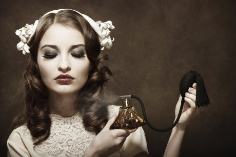 Mujer Rociandose Perfume