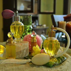 Frascos amarillos de fragancias del mundo